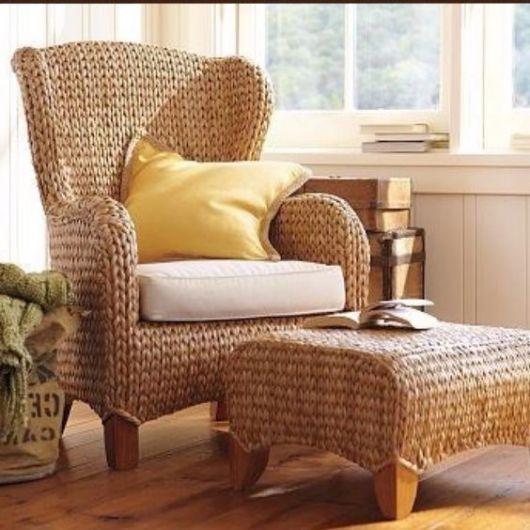 Cadeira de vime com almofada.