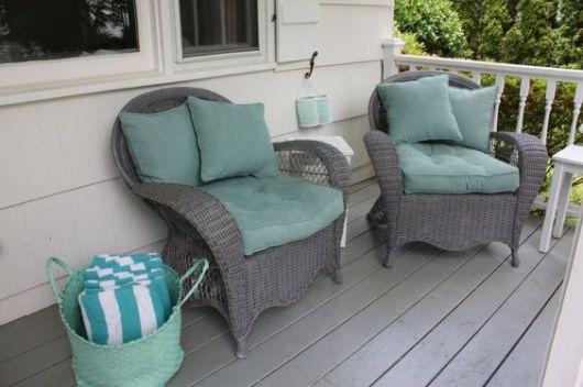 Cadeiras de vime cinza.
