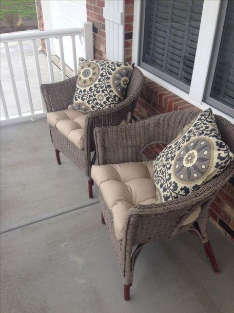 Cadeiras de vime na varanda.