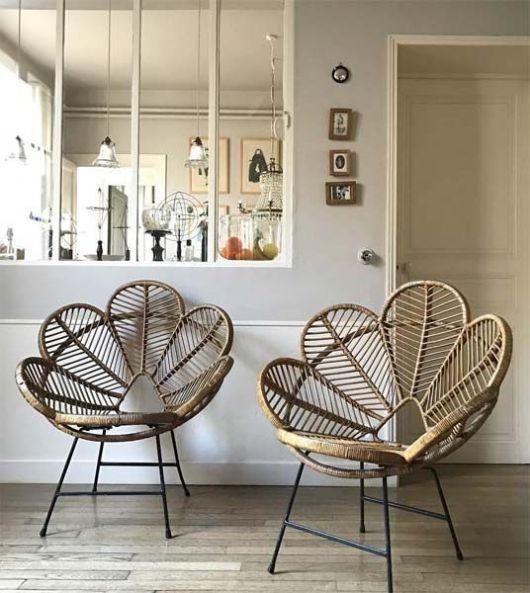 Cadeira de vime dourada.