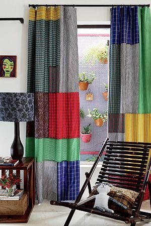 sala com cortina colorida