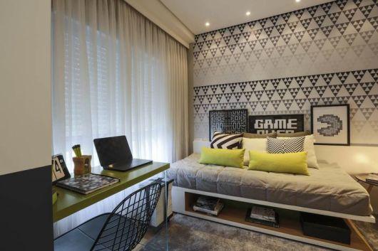 decoração de quarto masculino com papel de parede