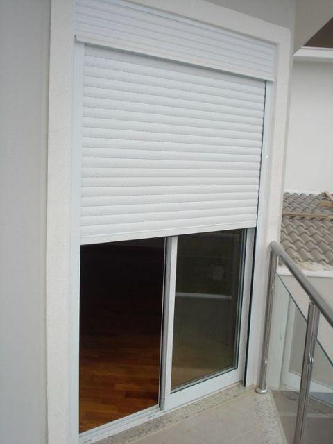 Foto da porta de uma sacada pequena feita com esquadria de PVC.