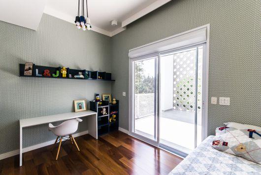 Foto de uma quarto com decoração minimalista com uma porta de correr feita com esquadria de PVC.