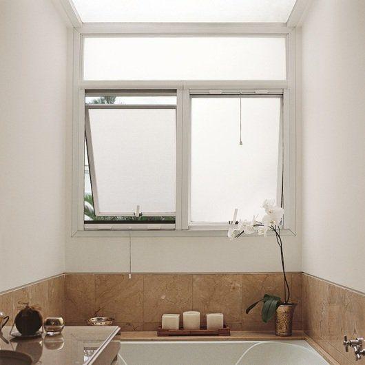 Janela de uma banheiro com dois quadrantes feita com esquadria de PVC.