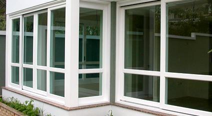 Janelas grandes de uma casa feitas com esquadria de PVC.