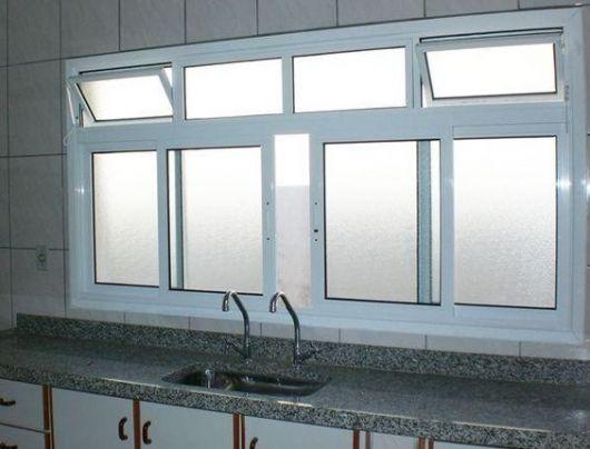 Janela de alumínio branca para cozinha.