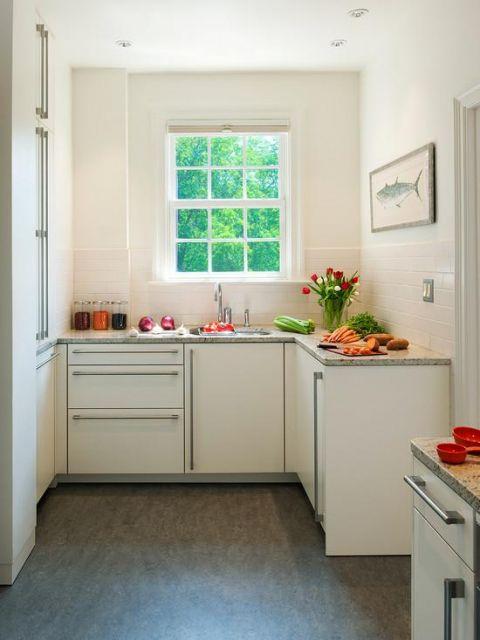 Cozinha com janela pequena.