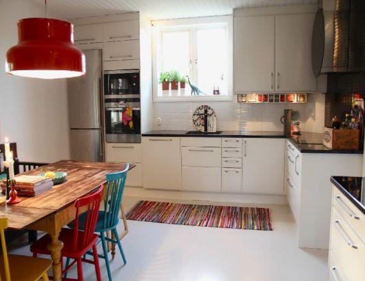 Cozinha com janela pequena ao fundo.