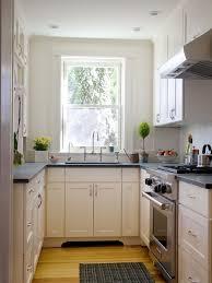 Cozinha branca com janela pequena.
