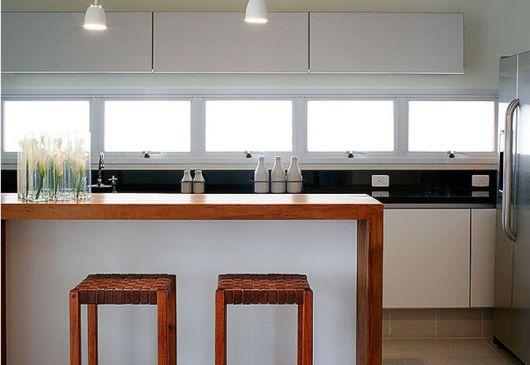 Cozinha americana com janela de alumínio.