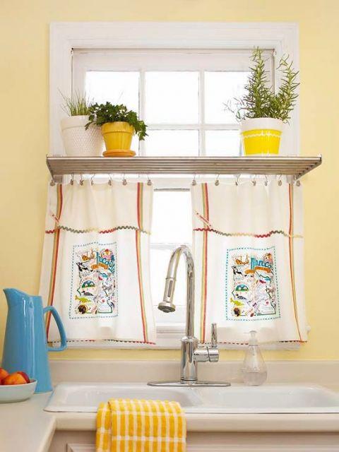 Janela decorada com prateleira e cortina.