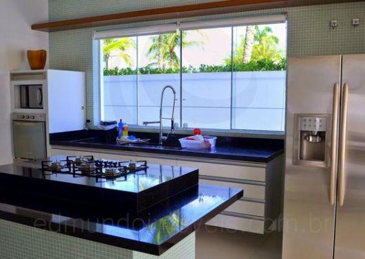 Janela de vidro na cozinha americana.