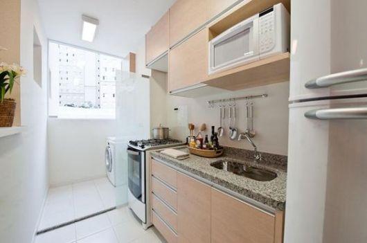 Cozinha com janela de vidro.