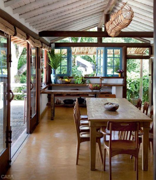 Cozinha com janela de madeira e tons rústicos.