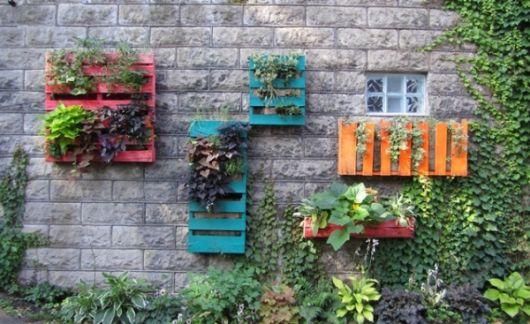 jardim com paletes coloridos