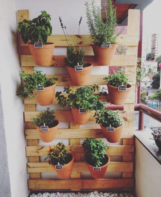 Uma horta em meio à sacada de um apartamento, projeto inspirador para quem não tem muito espaço em casa