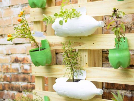 Garrafas customizadas e presas à estrutura de madeira