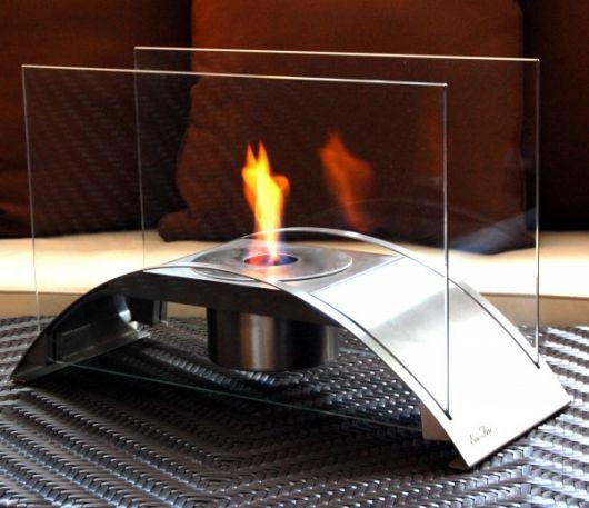 Lareira ecológica portátil pequena acesa com a chama sendo protegida por dois vidros laterais.
