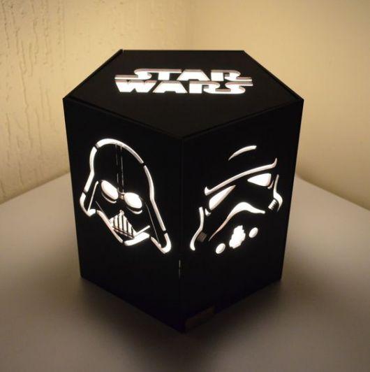 Luminária preta do Star Wars.