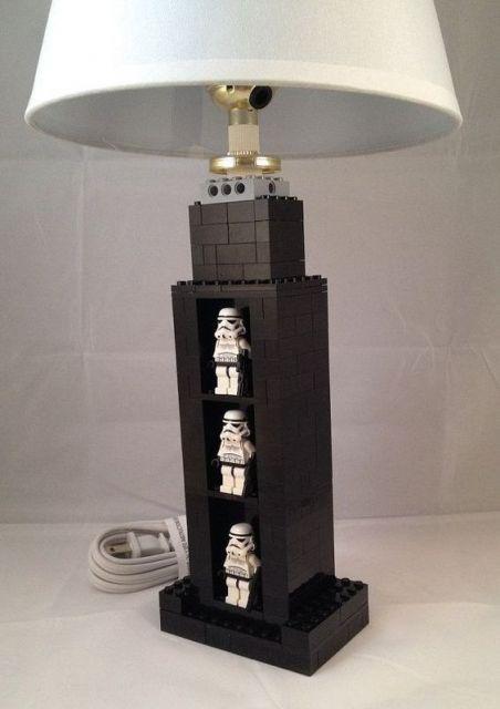 Luminária do Star Wars preta e branca.
