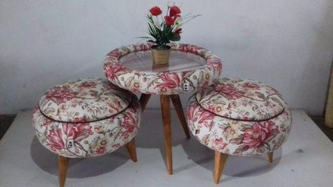 Conjunto de pufe e mesa de centro florido.