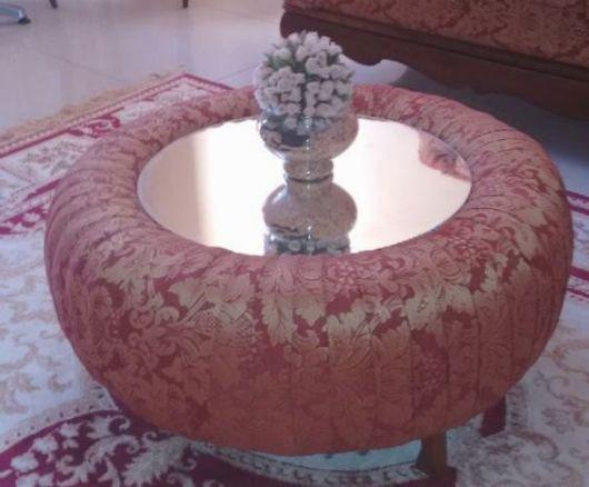 Mesa de centro rosa com tampo espelhado.