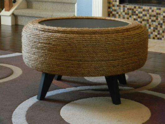 Mesa de centro com corda e pés de madeira.