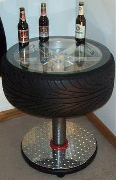 Mesa com pneu e base de metal.