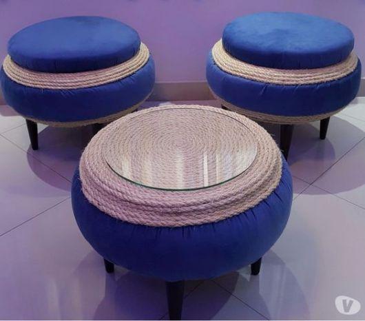 Conjunto de pufe e mesa de centro.