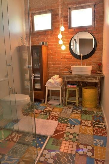 banheiro com parede de tijolo aparente