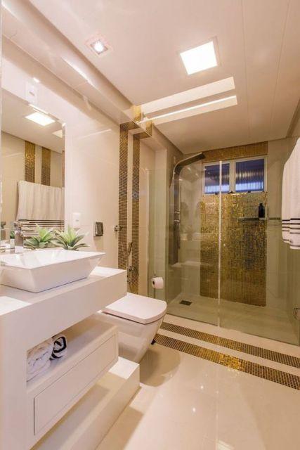 banheiro com pastilhas douradas