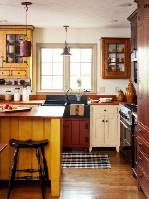 Cozinha com balcão amarelo.