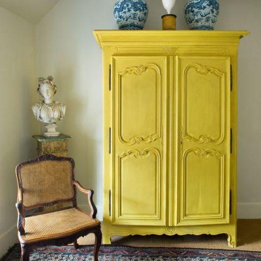 Armário amarelo para o quarto.