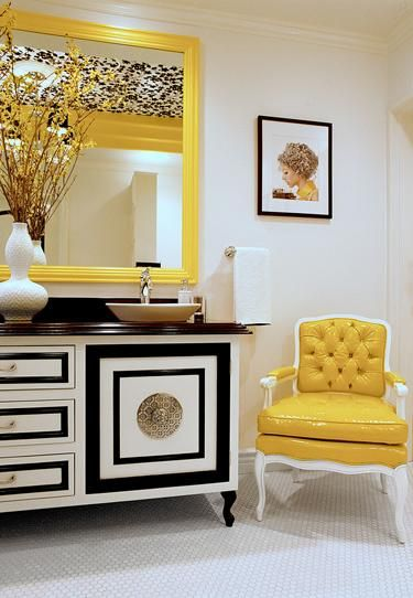 Poltrona e espelho amarelos.