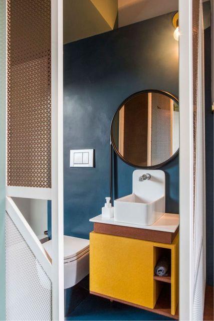 Armário de banheiro amarelo.