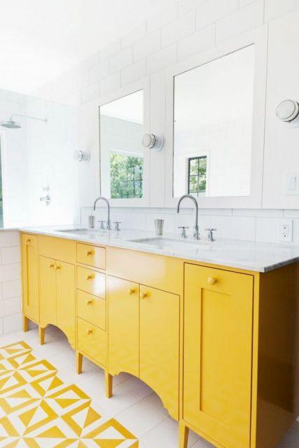 Armário amarelo para o banheiro.