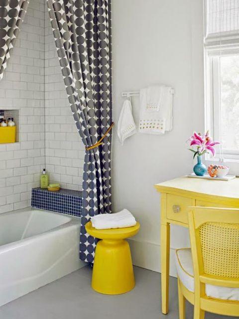 Móveis amarelos no banheiro.
