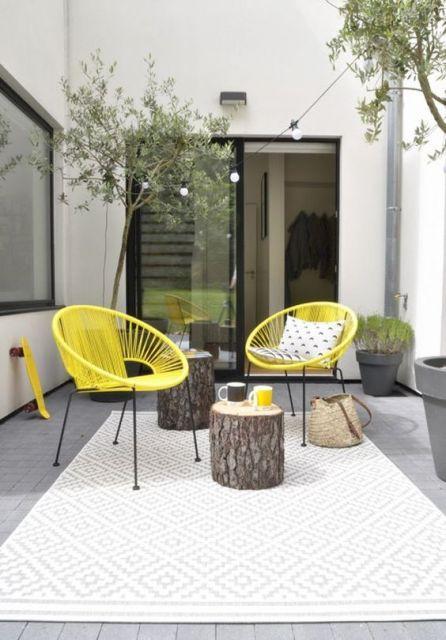 Cadeiras amarelas na varanda.