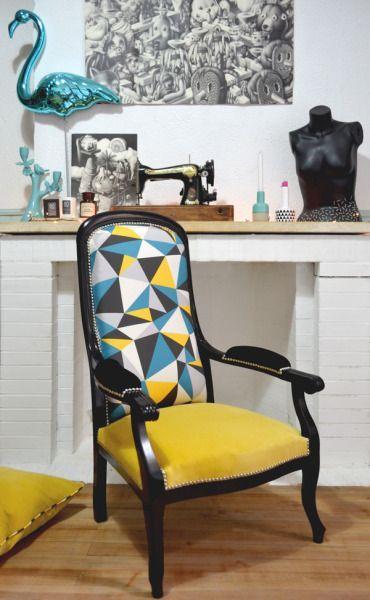 Poltrona com estampa amarela, azul e preta.