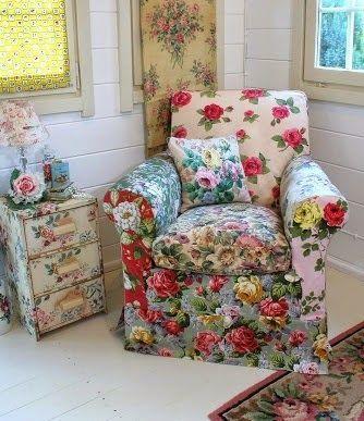 Poltrona florida com almofada estampada.