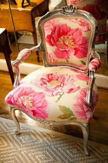 Poltrona florida no estilo clássico.