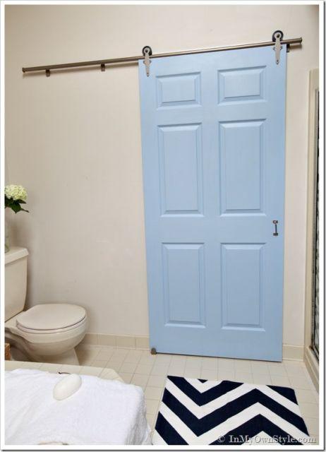Porta azul de madeira.