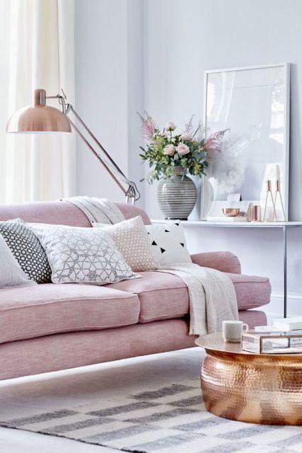 Sala decorada em tons neutros e com quadro minimalista.