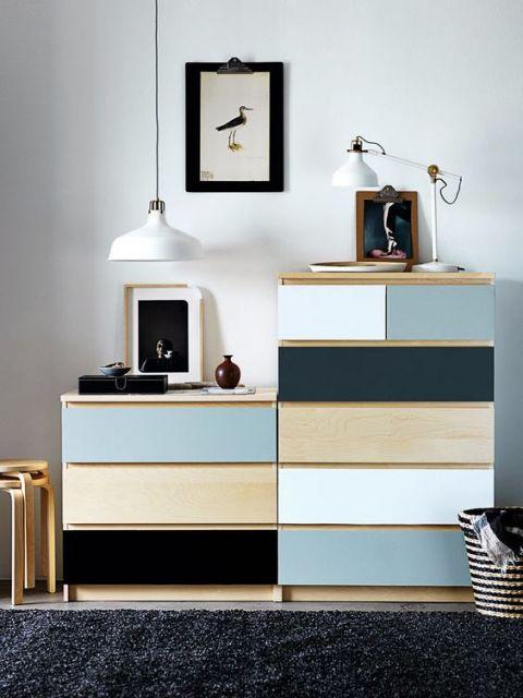 Quadro minimalista combinando com cômoda colorida.