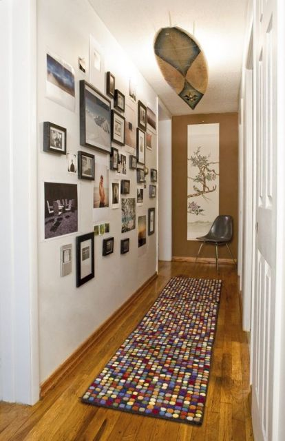 Corredor cheio de quadros minimalistas.