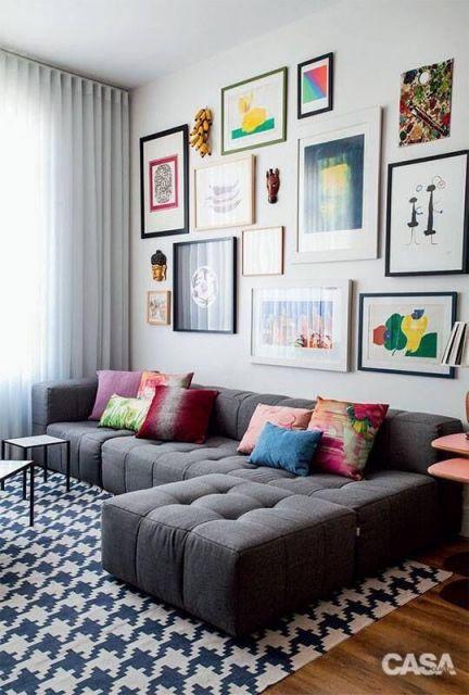 Quadros minimalistas coloridos na parede da sala.