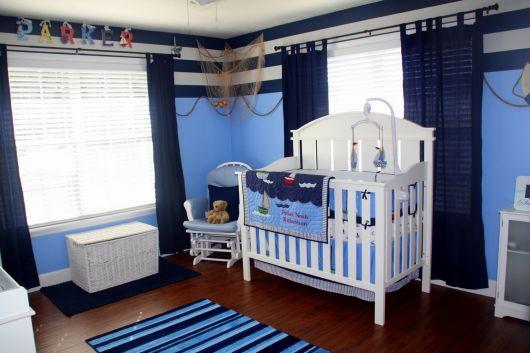 quarto de bebê marinheiro com móveis atemporais