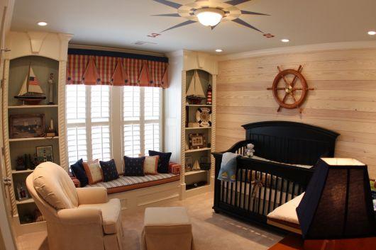 quarto de bebê marinheiro com móveis escuros
