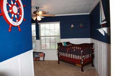 quarto de bebê marinheiro com berço de madeira